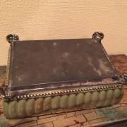 Boîte en métal ancienne décorée