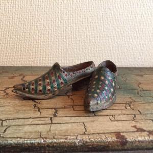 Paire de souliers miniatures en bois peint